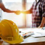 Propriétaire et constructeur suive le projet de construction