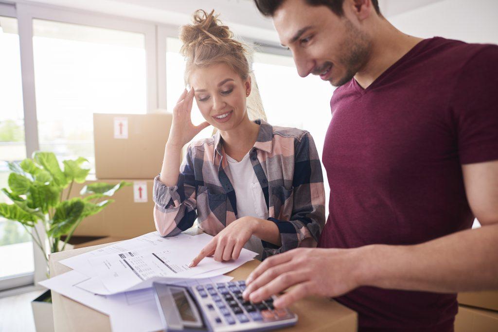 un couple qui examine son loyer
