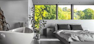 Chambre moderne avec lit et baignoire
