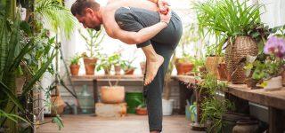 un homme qui pratique le yoga dans sa veranda