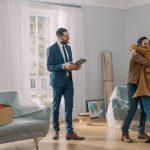 Jeune couple qui devient propriétaire de son appartement