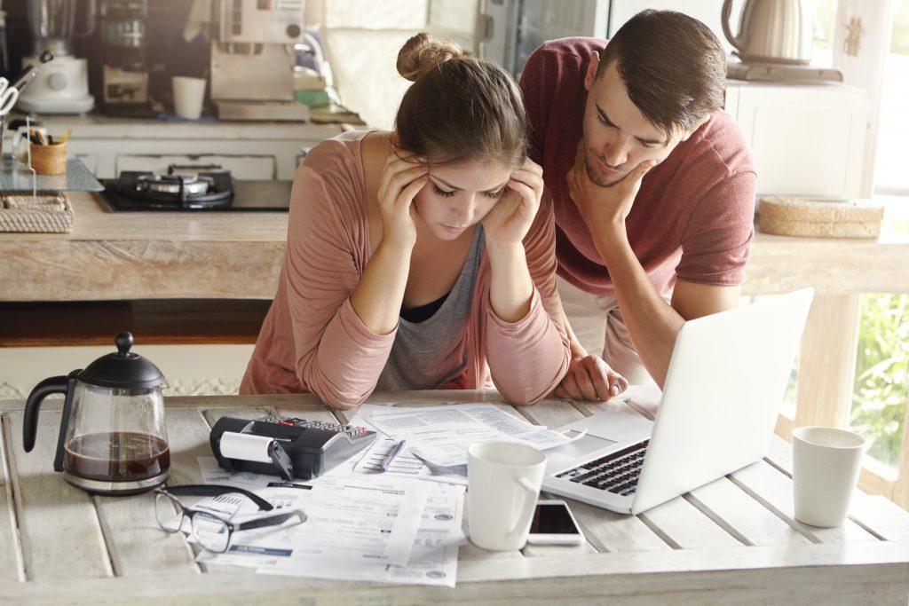 couple qui cherchent à réaliser des économies (Adobe Stock)